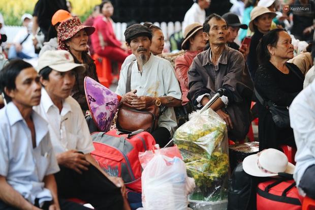 Chuyến xe nghĩa tình đưa miễn phí gần 700 sinh viên và người lao động nghèo mưu sinh ở Sài Gòn về quê đón Tết Canh Tý 2020 - Ảnh 3.