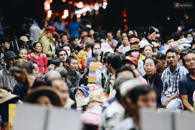 Chuyến xe nghĩa tình đưa miễn phí gần 700 sinh viên và người lao động nghèo mưu sinh ở Sài Gòn về quê đón Tết Canh Tý 2020 - Ảnh 7.