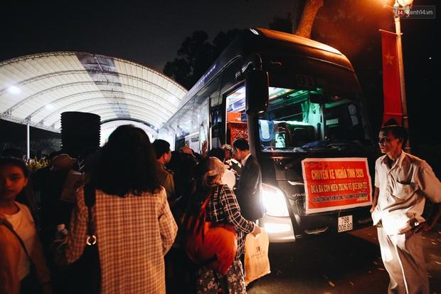 Chuyến xe nghĩa tình đưa miễn phí gần 700 sinh viên và người lao động nghèo mưu sinh ở Sài Gòn về quê đón Tết Canh Tý 2020 - Ảnh 9.