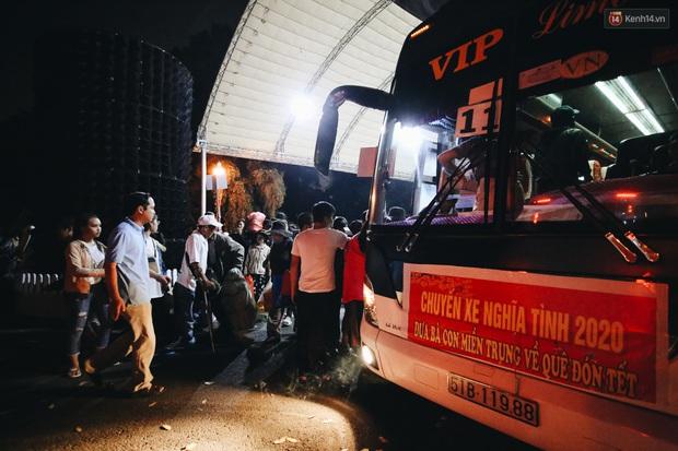 Chuyến xe nghĩa tình đưa miễn phí gần 700 sinh viên và người lao động nghèo mưu sinh ở Sài Gòn về quê đón Tết Canh Tý 2020 - Ảnh 12.