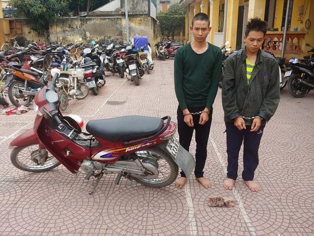 Hai anh em trai điều xe ôm tới nghĩa trang đánh bất tỉnh để cướp xe máy, tiền - Ảnh 1.
