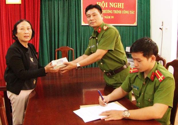 Cận Tết, một phụ nữ bất ngờ nhận lại hơn 125 triệu đồng tiền mất trộm - Ảnh 2.
