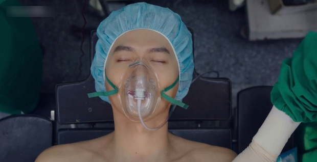 Hạt sạn oái oăm ở cảnh giường chiếu của Crash Landing On You: Huyn Bin đè lên vết thương vì ham ngủ chung với crush? - Ảnh 2.