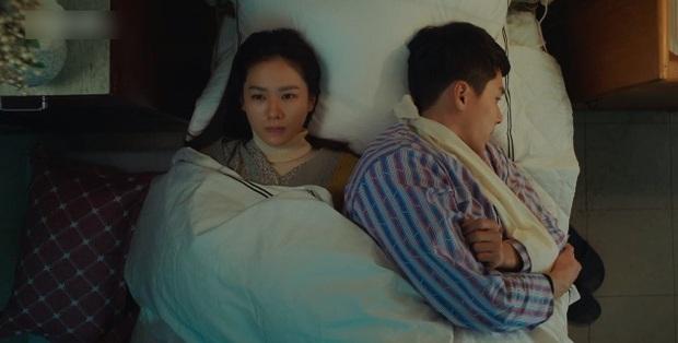 Hạt sạn oái oăm ở cảnh giường chiếu của Crash Landing On You: Huyn Bin đè lên vết thương vì ham ngủ chung với crush? - Ảnh 3.