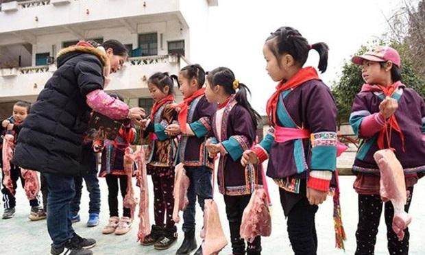 Trường học Trung Quốc thưởng thịt lợn cho học sinh giỏi - Ảnh 1.