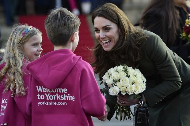 Giữa scandal Hoàng gia, Công nương Kate xuất hiện rạng rỡ, diện váy sale vài trăm ngàn mà vẫn sang ngút ngàn - Ảnh 3.