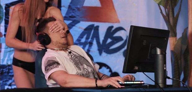 CS:GO - Bó tay với game show Đông Âu, thuê vũ công nhạy cảm làm tuyển thủ phân tâm không aim nổi - Ảnh 3.