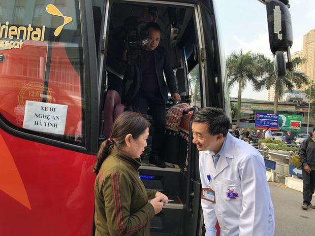 Clip: Giám đốc Bệnh viện K hoà giọng tiễn bệnh nhân ung thư về quê ăn Tết - Ảnh 4.