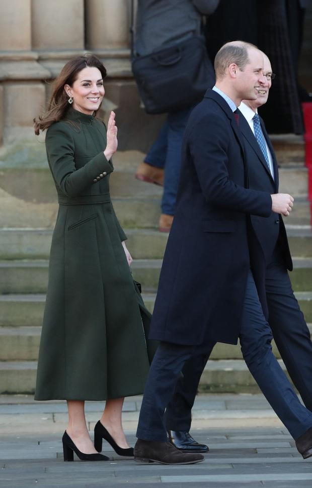 Giữa scandal Hoàng gia, Công nương Kate xuất hiện rạng rỡ, diện váy sale vài trăm ngàn mà vẫn sang ngút ngàn - Ảnh 5.