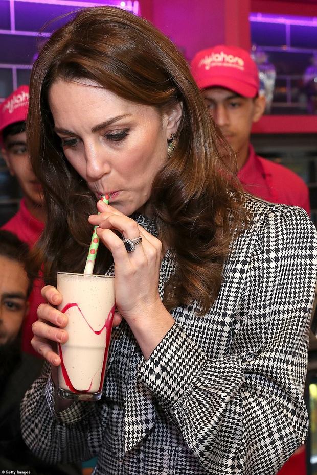 Giữa scandal Hoàng gia, Công nương Kate xuất hiện rạng rỡ, diện váy sale vài trăm ngàn mà vẫn sang ngút ngàn - Ảnh 7.