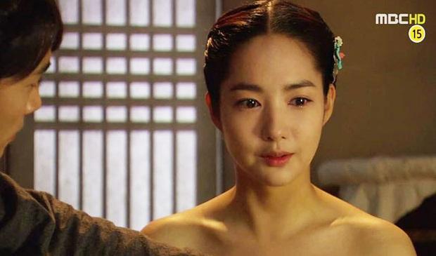 Đỏ mặt với 4 cảnh nóng của Park Min Young trên màn ảnh: Hot nhất là pha giường chiếu cùng bạn trai tin đồn Park Seo Joon - Ảnh 7.