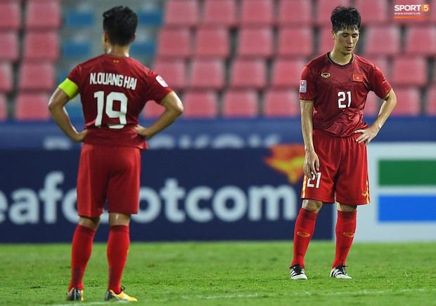 U23 Việt Nam cúi đầu buồn bã sau khi bị loại khỏi U23 châu Á 2020 - Ảnh 6.