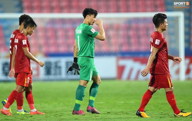 U23 Việt Nam cúi đầu buồn bã sau khi bị loại khỏi U23 châu Á 2020 - Ảnh 10.