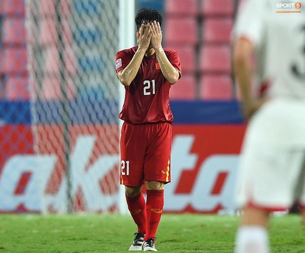 U23 Việt Nam cúi đầu buồn bã sau khi bị loại khỏi U23 châu Á 2020 - Ảnh 5.