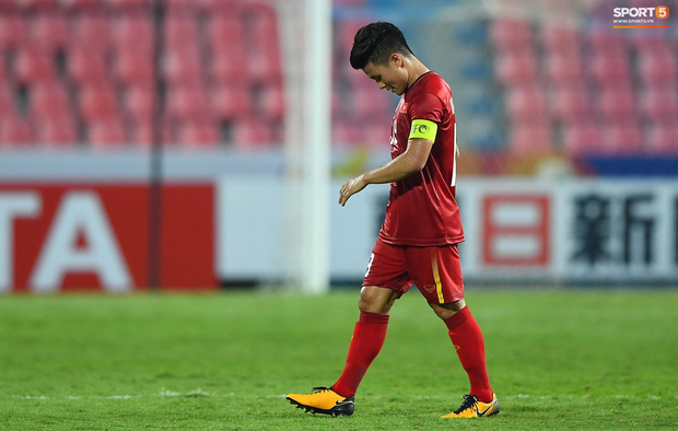 U23 Việt Nam cúi đầu buồn bã sau khi bị loại khỏi U23 châu Á 2020 - Ảnh 1.