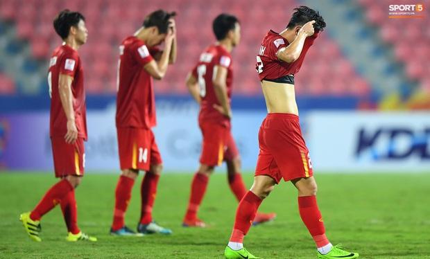 U23 Việt Nam cúi đầu buồn bã sau khi bị loại khỏi U23 châu Á 2020 - Ảnh 2.
