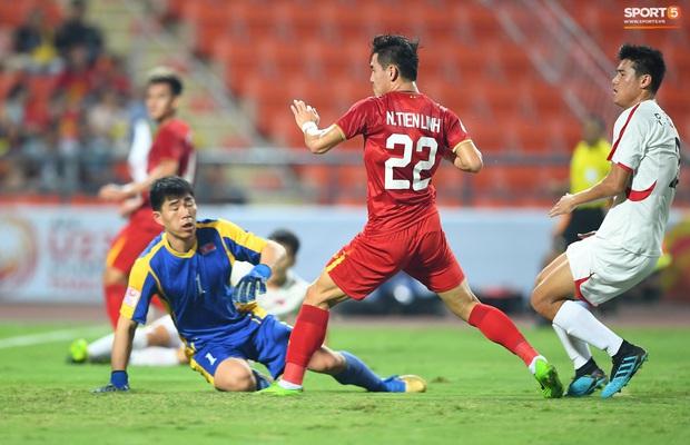 Tiến Linh ăn mừng đầy cảm xúc khi ghi bàn cho U23 Việt Nam vào lưới U23 CHDCND Triều Tiên - Ảnh 4.