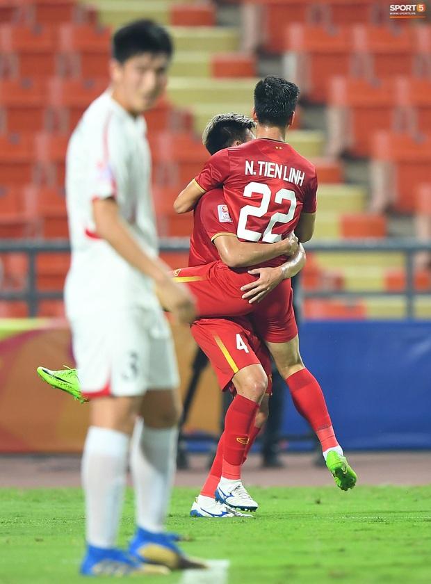 Tiến Linh ăn mừng đầy cảm xúc khi ghi bàn cho U23 Việt Nam vào lưới U23 CHDCND Triều Tiên - Ảnh 7.