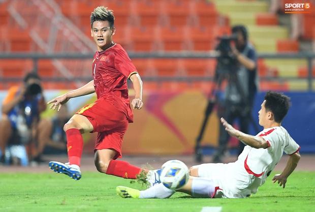 Tiến Linh ăn mừng đầy cảm xúc khi ghi bàn cho U23 Việt Nam vào lưới U23 CHDCND Triều Tiên - Ảnh 3.