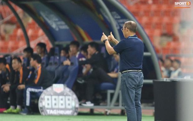 HLV Park Hang-seo gục đầu sau sai lầm của thủ môn Bùi Tiến Dũng - Ảnh 10.