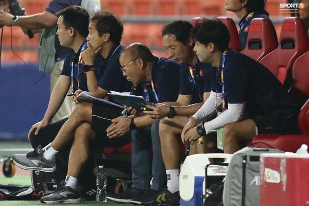 HLV Park Hang-seo gục đầu sau sai lầm của thủ môn Bùi Tiến Dũng - Ảnh 8.
