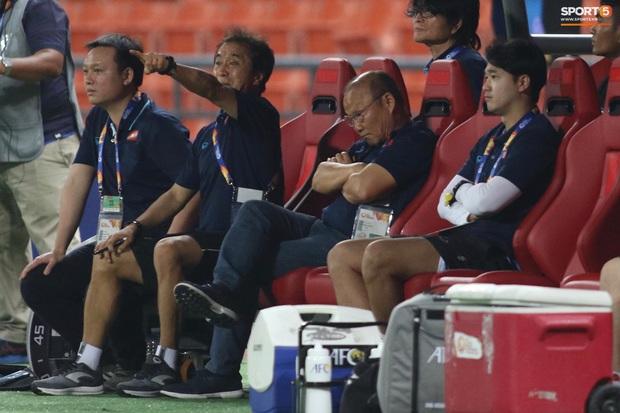 HLV Park Hang-seo gục đầu sau sai lầm của thủ môn Bùi Tiến Dũng - Ảnh 7.