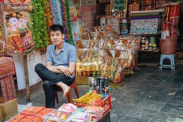 Người Hà Nội chen chúc sắm lễ, mua bộ gà luộc xôi gấc 500.000 - 600.000 đồng cúng tiễn Ông Công Ông Táo - Ảnh 2.
