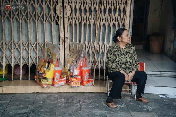 Người Hà Nội chen chúc sắm lễ, mua bộ gà luộc xôi gấc 500.000 - 600.000 đồng cúng tiễn Ông Công Ông Táo - Ảnh 8.