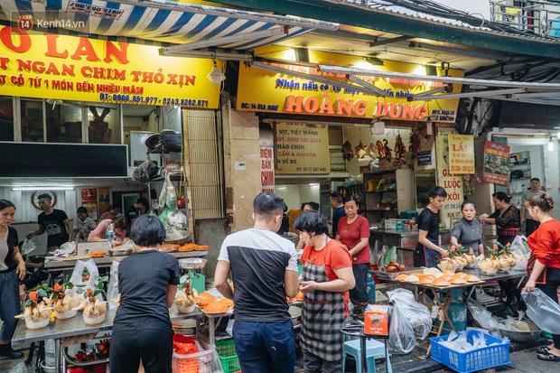 Người Hà Nội chen chúc sắm lễ, mua bộ gà luộc xôi gấc 500.000 - 600.000 đồng cúng tiễn Ông Công Ông Táo - Ảnh 9.