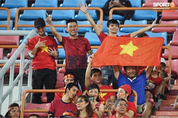 Không chỉ có bạn gái tin đồn của Quang Hải, khán đài trận U23 Việt Nam vs CHDCND Triều Tiên còn có nhiều bóng hồng khác khiến dân tình chao đảo - Ảnh 8.