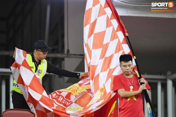 Không chỉ có bạn gái tin đồn của Quang Hải, khán đài trận U23 Việt Nam vs CHDCND Triều Tiên còn có nhiều bóng hồng khác khiến dân tình chao đảo - Ảnh 7.