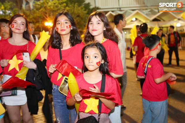 Không chỉ có bạn gái tin đồn của Quang Hải, khán đài trận U23 Việt Nam vs CHDCND Triều Tiên còn có nhiều bóng hồng khác khiến dân tình chao đảo - Ảnh 1.