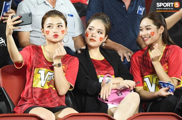 Không chỉ có bạn gái tin đồn của Quang Hải, khán đài trận U23 Việt Nam vs CHDCND Triều Tiên còn có nhiều bóng hồng khác khiến dân tình chao đảo - Ảnh 4.