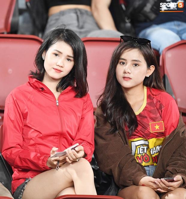 Không chỉ có bạn gái tin đồn của Quang Hải, khán đài trận U23 Việt Nam vs CHDCND Triều Tiên còn có nhiều bóng hồng khác khiến dân tình chao đảo - Ảnh 2.