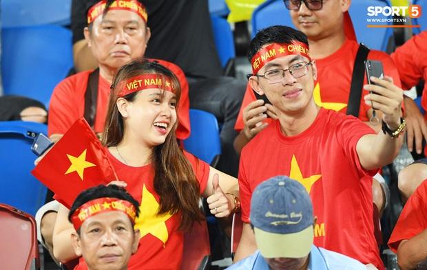 Không chỉ có bạn gái tin đồn của Quang Hải, khán đài trận U23 Việt Nam vs CHDCND Triều Tiên còn có nhiều bóng hồng khác khiến dân tình chao đảo - Ảnh 6.