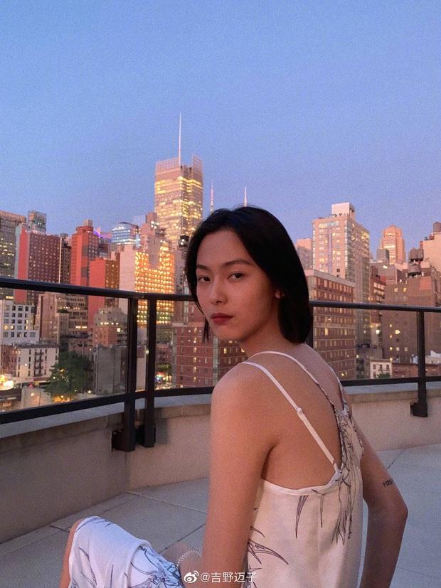 Cặp đôi Cbiz 99 - 2000 hot nhất hôm nay: Tống Uy Long bị bắt găp hẹn hò, ôm hôn trong xe oto với mẫu nữ xinh đẹp - Ảnh 8.