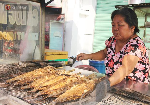Bán đắt gấp 3 lần ngày thường, phố cá lóc nướng ở Sài Gòn thơm nức trước lễ đưa ông Táo về trời - Ảnh 2.