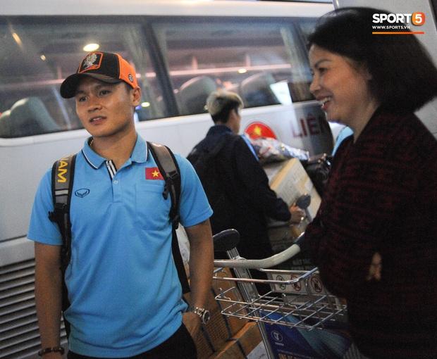 Bùi Tiến Dũng tươi cười trong vòng tay người hâm mộ ngày về nước sau U23 châu Á 2020 - Ảnh 7.