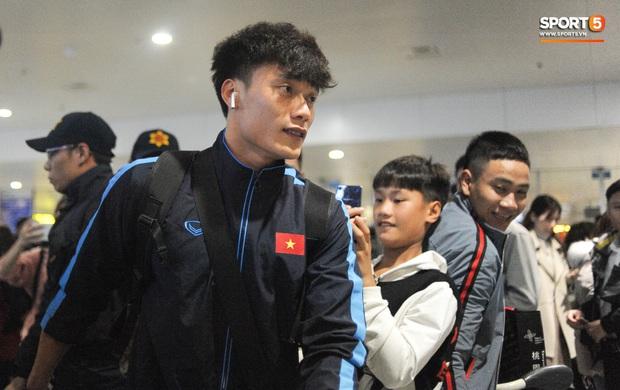 Bùi Tiến Dũng tươi cười trong vòng tay người hâm mộ ngày về nước sau U23 châu Á 2020 - Ảnh 3.