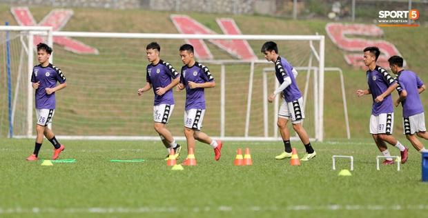 Huy râu túm cổ bắt nạt đàn em, Hà Nội FC tập buổi cuối trước ngày đấu đối thủ mạnh từ Thái Lan - Ảnh 1.
