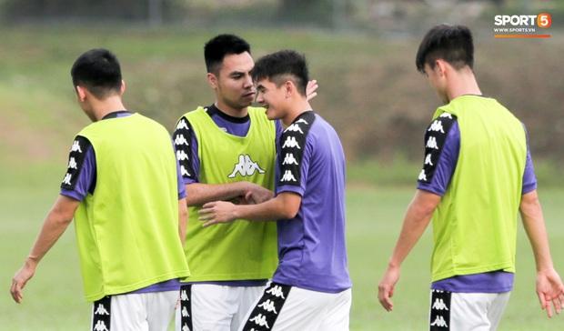Huy râu túm cổ bắt nạt đàn em, Hà Nội FC tập buổi cuối trước ngày đấu đối thủ mạnh từ Thái Lan - Ảnh 2.