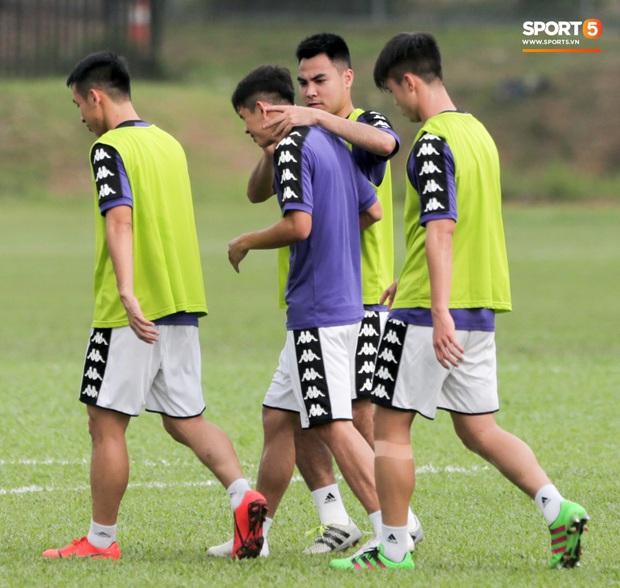 Huy râu túm cổ bắt nạt đàn em, Hà Nội FC tập buổi cuối trước ngày đấu đối thủ mạnh từ Thái Lan - Ảnh 3.