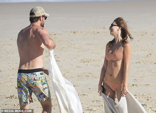 Dạo này Liam Hemsworth chẳng chịu thua vợ cũ, ngày càng chăm công khai ôm hôn và dính bạn gái mới không rời - Ảnh 15.