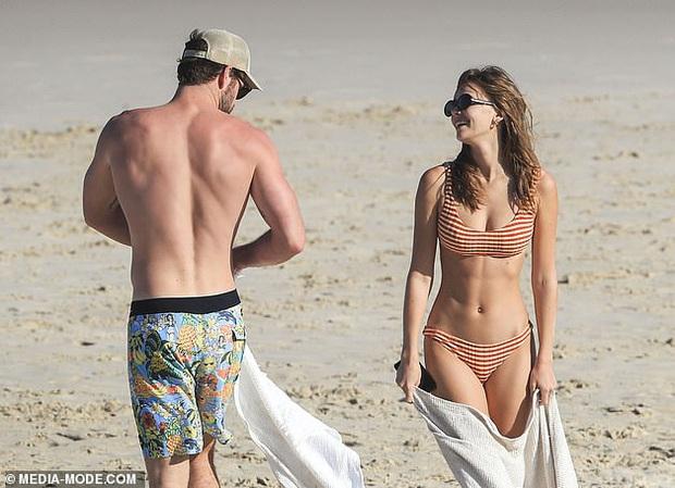Dạo này Liam Hemsworth chẳng chịu thua vợ cũ, ngày càng chăm công khai ôm hôn và dính bạn gái mới không rời - Ảnh 14.