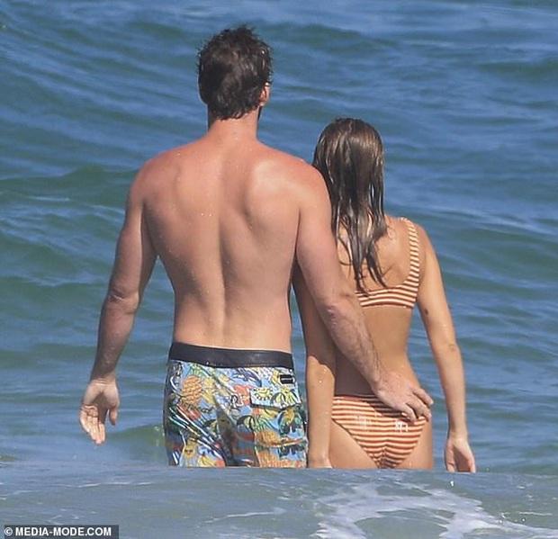 Dạo này Liam Hemsworth chẳng chịu thua vợ cũ, ngày càng chăm công khai ôm hôn và dính bạn gái mới không rời - Ảnh 12.