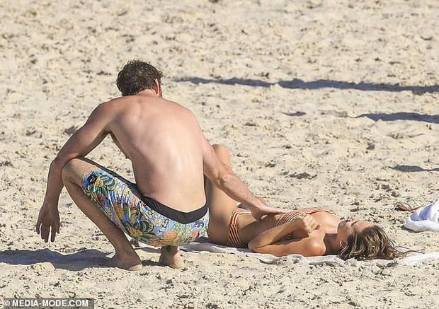 Dạo này Liam Hemsworth chẳng chịu thua vợ cũ, ngày càng chăm công khai ôm hôn và dính bạn gái mới không rời - Ảnh 11.