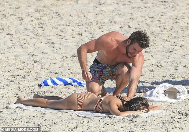 Dạo này Liam Hemsworth chẳng chịu thua vợ cũ, ngày càng chăm công khai ôm hôn và dính bạn gái mới không rời - Ảnh 7.