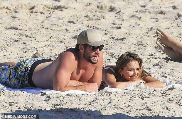 Dạo này Liam Hemsworth chẳng chịu thua vợ cũ, ngày càng chăm công khai ôm hôn và dính bạn gái mới không rời - Ảnh 5.