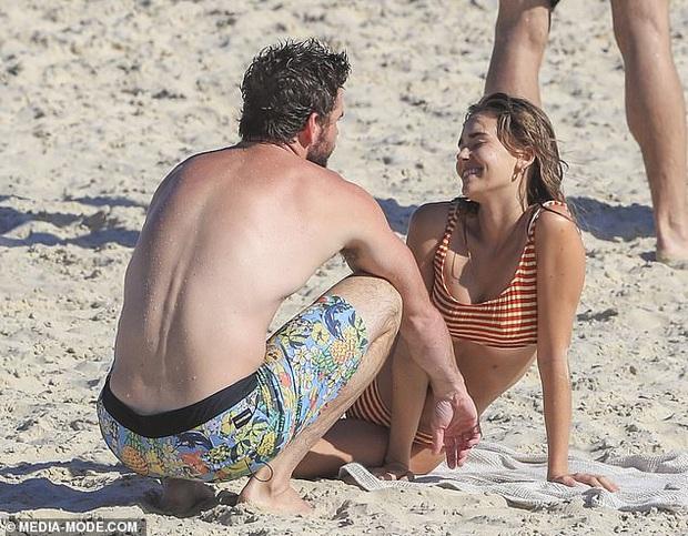 Dạo này Liam Hemsworth chẳng chịu thua vợ cũ, ngày càng chăm công khai ôm hôn và dính bạn gái mới không rời - Ảnh 4.
