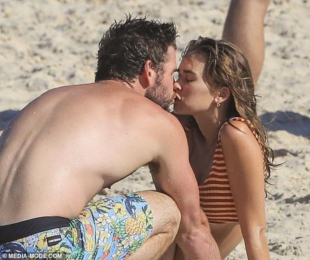 """Chỉ 1 ngày sau khi chồng cũ lộ ảnh tình tứ với bồ mới, Miley Cyrus cũng công khai ôm hôn bạn trai trên phố: """"Drama"""" ăn miếng trả miếng vẫn chưa có hồi kết? - Ảnh 6."""